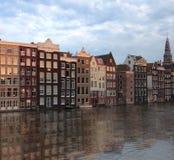 Amsterdam byggnadsreflexion på kanalen nära vid den centrala drevstationen Fotografering för Bildbyråer
