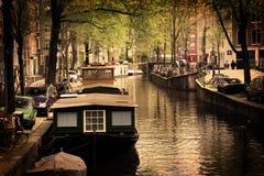Amsterdam. Canal romántico, barcos Foto de archivo