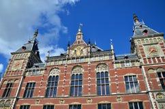 Amsterdam Centraal, den berömda centrala järnvägsstationen Royaltyfri Foto