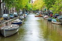 Amsterdam cityscape med husbåtar royaltyfri foto