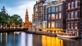 Amsterdam cityscape på skymning royaltyfria bilder