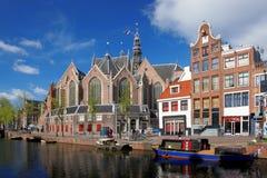 Amsterdam con le barche sul canale in Olanda Fotografie Stock Libere da Diritti