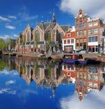 Amsterdam con le barche sul canale in Olanda Immagini Stock