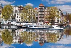 Amsterdam con le barche sul canale in Olanda Immagine Stock Libera da Diritti