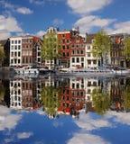 Amsterdam con los barcos en el canal en Holanda Imagenes de archivo