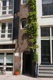 Amsterdam Conexión de la arquitectura moderna y tradicional Imagen de archivo libre de regalías