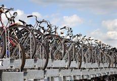amsterdam cykelparkering Arkivbilder