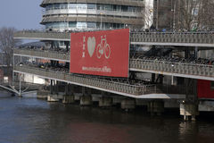 amsterdam cykelparkering Royaltyfri Foto