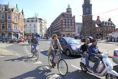 Amsterdam cyklar och sparkcyklar, Holland Royaltyfria Bilder