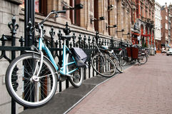 amsterdam cyklar parkerade gatan Royaltyfri Fotografi