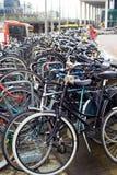 Amsterdam cyklar som parkerar nära centralstation Fotografering för Bildbyråer