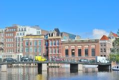 Amsterdam. Damm des Flusses Amstel Stockbild