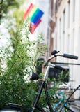 Amsterdam dans une photo Vélo et drapeau de LGBT Photos stock