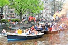 AMSTERDAM - 26 DE ABRIL: Canales de Amsterdam por completo de la gente en Orán Foto de archivo