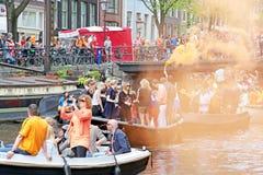 AMSTERDAM - 26 DE ABRIL: Canales de Amsterdam por completo de la gente en Orán Imagenes de archivo