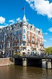 Amsterdam 30 de abril: El canal de Rokin con el hotel famoso de l'Europe, gente cruza el puente en abril 30,2015, los Países Bajo Fotos de archivo
