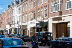 AMSTERDAM 30 DE ABRIL: El P C Calle de la moda de Hooftstraat con la fila de las marcas más grandes de los world's el 30 de abr Fotos de archivo