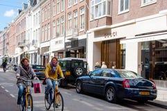 AMSTERDAM 30 DE ABRIL: El P C La calle con las marcas más grandes del mundo, gente de la moda de Hooftstraat monta una bici el 30 Fotografía de archivo
