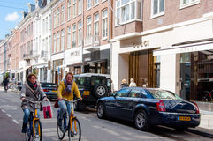 AMSTERDAM 30 DE ABRIL: El P C La calle con las marcas más grandes del mundo, gente de la moda de Hooftstraat monta una bici el 30 Fotografía de archivo libre de regalías