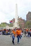 AMSTERDAM - 26 DE ABRIL: En la gente del cuadrado de la presa que celebra día de los reyes Imagenes de archivo