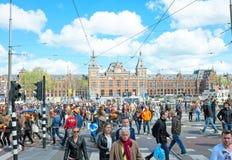 AMSTERDAM 27 DE ABRIL: Gente en la estación central en reyes Day adentro Fotos de archivo