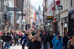 AMSTERDAM 30 DE ABRIL: Gente indefinida en la calle en abril 30,2015, los Países Bajos de las compras de Kalverstraat Imagen de archivo