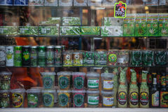 AMSTERDAM - 13 DE MAYO: Caramelo y galletas con la marijuana para la venta en el coffeeshop el 13 de mayo Foto de archivo libre de regalías