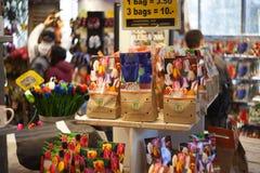 AMSTERDAM 13 DE MAYO: Diferentes tipos de bulbos del tulipán Imagenes de archivo