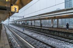 Amsterdam December 10th 2017: Travelors som väntar, under ett snöig Arkivbild