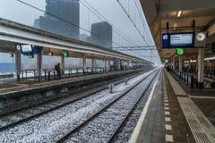 Amsterdam December 10th 2017: Travelors som väntar, under ett snöig Royaltyfri Foto