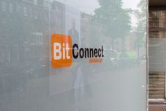 07/06/19 Amsterdam die niederländische Netzdesignerfirma in Amsterdam hat den gleichen Namen wie berüchtigtes bitconnect cryptocu lizenzfreie stockbilder