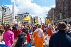 AMSTERDAM, DIE NIEDERLANDE 27. APRIL: Einheimische und Touristen in der Orange auf Funfair während Day 27,2015 Königs im April in stockfotos