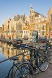 AMSTERDAM, DIE NIEDERLANDE - 22. APRIL: Fahrräder in der alten Stadt von Nethe Stockfotos