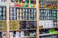 Amsterdam, die Niederlande - 31. April 2017: Fenster einer Kaffeestube zeigt eine enorme Vielzahl von Cannabisprodukten an Stockbild