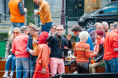 AMSTERDAM, DIE NIEDERLANDE 27. APRIL: Frohe Naturen im orange Tanz und haben Spaß auf einem Boot während Day 27,2015 Königs im Ap stockbild