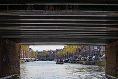 AMSTERDAM, DIE NIEDERLANDE - 14. APRIL 2019: H?user und Boote auf Amsterdam-Kanal stockfotografie