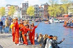 AMSTERDAM, DIE NIEDERLANDE - 27. APRIL: Leute, die Könige Day feiern Stockbild