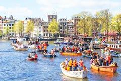 AMSTERDAM, DIE NIEDERLANDE - 27. APRIL: Leute, die Könige Day feiern Stockfotos