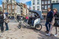 Amsterdam, die Niederlande - 31. April 2017: Rikscha, die in die Straßen von Amsterdam wartet stockbilder