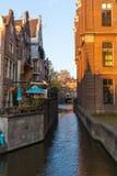 AMSTERDAM, DIE NIEDERLANDE - 12. APRIL 2019: Schöne Häuser auf Amsterdam-Kanal lizenzfreie stockfotos