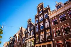 AMSTERDAM, DIE NIEDERLANDE - 15. AUGUST 2016: Berühmte Gebäude der Amsterdam-Stadtzentrumnahaufnahme Allgemeine Landschaftsstadta Stockfoto