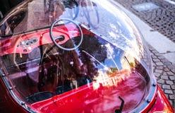 AMSTERDAM, DIE NIEDERLANDE - 6. AUGUST 2016: Spielzeug-Autonahaufnahme des klassisches Weinlese-Kindes Amsterdam - die Niederland Lizenzfreie Stockfotografie
