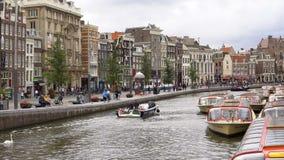 AMSTERDAM, DIE NIEDERLANDE - 23. AUGUST 2018: timelapse Videoverkehr auf zentraler Straße und Wasserkanal in Amsterdam-Stadt stock video