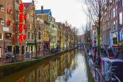Amsterdam, die Niederlande - 14. Dezember 2017: Der berühmteste Kanal und der Damm in Amsterdam Stockfoto