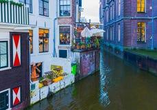 Amsterdam, die Niederlande - 14. Dezember 2017: Der berühmteste Kanal und der Damm in Amsterdam Lizenzfreie Stockfotografie