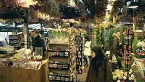 AMSTERDAM, DIE NIEDERLANDE - 26. DEZEMBER 2017 Innenraum der Blume und des Souvenirladens Stockfotos