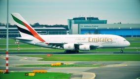 AMSTERDAM, DIE NIEDERLANDE - 25. DEZEMBER 2017 Passagierflugzeug Emirat-Airbusses A380, das am internationalen Flughafen Schiphol Stockbilder