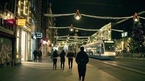 AMSTERDAM, DIE NIEDERLANDE - 25. DEZEMBER 2017 Poi-Weg entlang der Hauptstraße verziert für Weihnachten und neues Jahr an Lizenzfreies Stockfoto