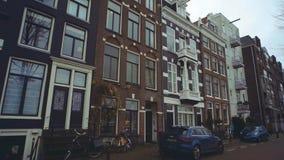 AMSTERDAM, DIE NIEDERLANDE - 26. DEZEMBER 2017 Typische Straße in der Stadt Lizenzfreie Stockbilder