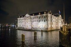 AMSTERDAM, DIE NIEDERLANDE - 28. DEZEMBER 2017: VOC-Schiff Ost-Indiaman das Amsterdam und der nationales Seemuseum Het Scheepvaar Stockbilder